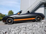 Farbwechsel in mattschwarz mit orangenen matten Streifen